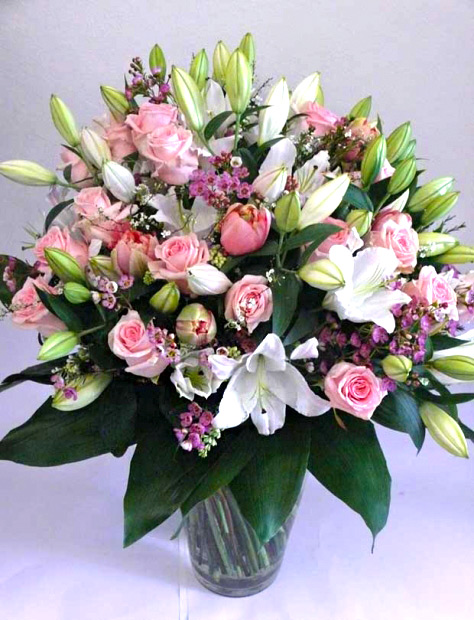 Luxusní kytice z královských lilií, růžových růží a francouzských tulipánů