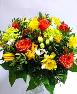 Jarní kytička z narcisů, tulipánů a růže