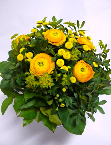 Jarní kytice z Ranunculus a Tanacetum