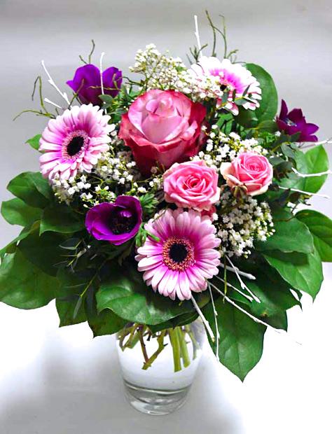 Kytice složená z velkokvěté růže, 2 minirůže, 3 minigerbery, 3 anemonky
